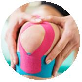 Se trata de cintas elásticas que se aplican en la zona afectada de tal manera que permiten el movimiento y, por lo tanto, una mejora muscular de manera biomecánica eliminando los dolores músculo-esqueléticos.